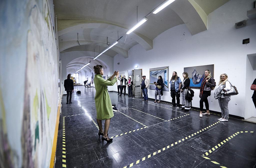 "Performance Billi Thanner – ""Was ziehe ich heute an""Galerie Rhomberg(Photo- Sandro E.E. Zanzinger), 2016"